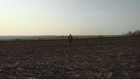 Ενήλικος αγρότης που εξετάζει τον οργωμένο τομέα, που προετοιμάζει το έδαφος για τη σπορά Εποχιακή γεωργική έννοια εργασιών φιλμ μικρού μήκους