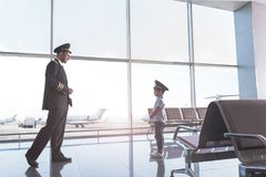 Ενήλικος αεροπόρος που πηγαίνει στο παιδί Στοκ Εικόνες