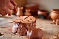 Ενήλικος αρσενικός κύριος αγγειοπλαστών που διαμορφώνει το πιάτο αργίλου σύμφωνα με τη ρόδα αγγειοπλαστών ` s Τοπ άποψη, κινηματο Στοκ φωτογραφία με δικαίωμα ελεύθερης χρήσης