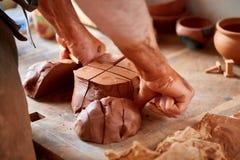 Ενήλικος αρσενικός κύριος αγγειοπλαστών που διαμορφώνει το πιάτο αργίλου σύμφωνα με τη ρόδα αγγειοπλαστών ` s Τοπ άποψη, κινηματο Στοκ Φωτογραφία