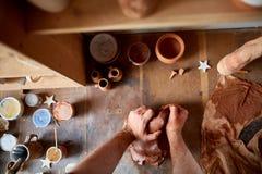 Ενήλικος αρσενικός κύριος αγγειοπλαστών που διαμορφώνει το πιάτο αργίλου σύμφωνα με τη ρόδα αγγειοπλαστών ` s Τοπ άποψη, κινηματο Στοκ φωτογραφίες με δικαίωμα ελεύθερης χρήσης
