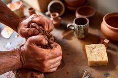 Ενήλικος αρσενικός κύριος αγγειοπλαστών που διαμορφώνει το πιάτο αργίλου σύμφωνα με τη ρόδα αγγειοπλαστών ` s Τοπ άποψη, κινηματο Στοκ εικόνα με δικαίωμα ελεύθερης χρήσης