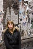 ενήλικος ενάντια στις μόνιμες νεολαίες γυναικών τοίχων στοκ φωτογραφίες