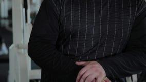 Ενήλικος υπέρβαρος άνδρας και όμορφη γυναίκα που χορεύουν με τα barbells στη γυμναστική απόθεμα βίντεο