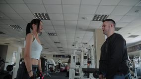 Ενήλικος υπέρβαρος ανελκυστήρας ανδρών και γυναικών ικανότητας barbells από κοινού απόθεμα βίντεο