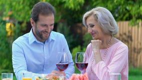 Ενήλικος χρόνος εξόδων γιων με την όμορφη ώριμη μητέρα του, οικογενειακές αξίες, αγάπη απόθεμα βίντεο