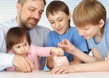 ενήλικος όμορφος καυκάσιος πατέρας παιδιών Στοκ Φωτογραφίες