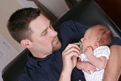 ενήλικο άτομο μωρών νεογέννητο Στοκ φωτογραφία με δικαίωμα ελεύθερης χρήσης