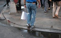 Ενήλικο αρσενικό που βλέπει από το χαμηλότερο - μισό, ψωνίζοντας σε μια κοντινή γνωστή επιχείρηση καταναλωτικών ηλεκτρονικά στοκ φωτογραφία με δικαίωμα ελεύθερης χρήσης