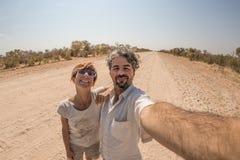 Ενήλικο ζεύγος που παίρνει selfie στην έρημο Namib, εθνικό πάρκο Namib Naukluft, κύριος προορισμός ταξιδιού στη Ναμίμπια, Αφρική στοκ εικόνες με δικαίωμα ελεύθερης χρήσης
