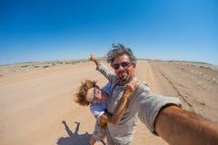 Ενήλικο ζεύγος που παίρνει selfie στην έρημο Namib, εθνικό πάρκο Namib Naukluft, κύριος προορισμός ταξιδιού στη Ναμίμπια, Αφρική στοκ φωτογραφίες