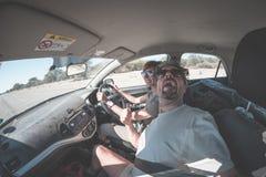 Ενήλικο ζεύγος selfie στο οδικό ταξίδι μέσα στο αυτοκίνητο, αστεία έκφραση του προσώπου Το Fisheye, το ταξίδι ανθρώπων και η περι στοκ εικόνες
