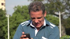 Ενήλικο ισπανικό άτομο που μιλά στη φίλη απόθεμα βίντεο