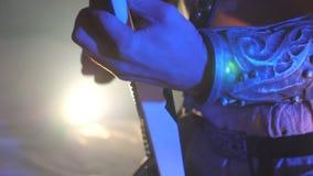 Ενήλικο παιχνίδι ατόμων στην ηλεκτρική κιθάρα κατά τη διάρκεια της συναυλίας Χέρια του αρσενικού μουσικού που αποδίδουν σόλο της  φιλμ μικρού μήκους
