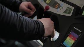 Ενήλικο υπέρβαρο άτομο treadmill στη γυμναστική φιλμ μικρού μήκους