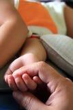 ενήλικο χέρι παιδιών Στοκ φωτογραφία με δικαίωμα ελεύθερης χρήσης