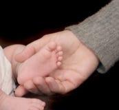 ενήλικο χέρι ποδιών μωρών Στοκ φωτογραφία με δικαίωμα ελεύθερης χρήσης
