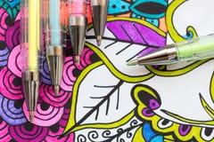 Ενήλικο χρωματίζοντας βιβλίο, νέα ανακουφίζοντας τάση πίεσης Θεραπεία τέχνης, πνευματικές υγείες, έννοια δημιουργικότητας και min στοκ φωτογραφίες με δικαίωμα ελεύθερης χρήσης