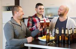 Ενήλικα άτομα που χαλαρώνουν με την μπύρα Στοκ φωτογραφίες με δικαίωμα ελεύθερης χρήσης