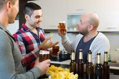 Ενήλικα άτομα που χαλαρώνουν με την μπύρα Στοκ Φωτογραφίες