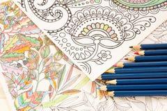 Ενήλικα βιβλία χρωματισμού με τα μολύβια, νέα ανακουφίζοντας τάση πίεσης, χρωματισμός προσώπων έννοιας mindfulness επεξηγηματικός Στοκ Εικόνα