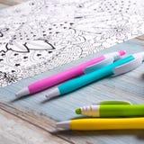 Ενήλικα χρωματίζοντας βιβλία, έννοια mindfulness απεικόνιση αποθεμάτων