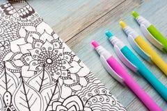 Ενήλικα χρωματίζοντας βιβλία, έννοια mindfulness ελεύθερη απεικόνιση δικαιώματος