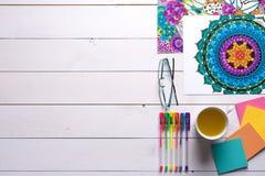 Ενήλικα χρωματίζοντας βιβλία, έννοια mindfulness διανυσματική απεικόνιση