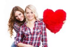 Ενήλικες κόρη και μητέρα με το σημάδι αγάπης καρδιών Στοκ Εικόνα