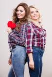 Ενήλικες κόρη και μητέρα με το σημάδι αγάπης καρδιών Στοκ Φωτογραφία