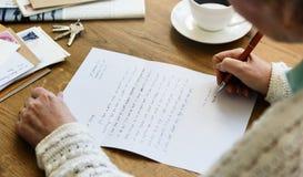 Ενήλικη έννοια καρτών επιστολών ανάγνωσης Senir Στοκ φωτογραφία με δικαίωμα ελεύθερης χρήσης