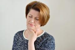 Ενήλικη γυναίκα με έναν επώδυνο λαιμό στοκ φωτογραφία με δικαίωμα ελεύθερης χρήσης