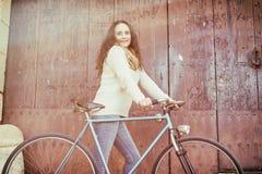 Ενήλικη γυναίκα με το εκλεκτής ποιότητας ποδήλατο Στοκ Φωτογραφία
