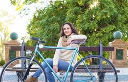 Ενήλικη γυναίκα με το εκλεκτής ποιότητας ποδήλατο Στοκ φωτογραφία με δικαίωμα ελεύθερης χρήσης