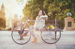 Ενήλικη γυναίκα με το εκλεκτής ποιότητας ποδήλατο Στοκ Εικόνες