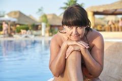 Ενήλικη γυναίκα που κάνει ηλιοθεραπεία από τη λίμνη στοκ εικόνες με δικαίωμα ελεύθερης χρήσης