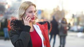 Ενήλικη γυναίκα που καλεί το τηλέφωνο φιλμ μικρού μήκους