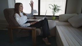 Ενήλικη γυναίκα που μιλά στο σπίτι με το φίλο ή την οικογένεια μέσω Διαδικτύου φιλμ μικρού μήκους