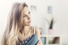 Ενήλικη γυναίκα που στηρίζεται στον καναπέ Στοκ εικόνα με δικαίωμα ελεύθερης χρήσης