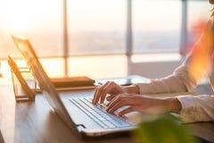 Ενήλικη επιχειρηματίας που εργάζεται στο σπίτι χρησιμοποιώντας τον υπολογιστή, που μελετά τις επιχειρησιακές ιδέες σε μια οθόνη P στοκ εικόνα