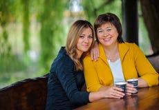 Ενήλικη κόρη με την ηλικιωμένη μητέρα Στοκ εικόνες με δικαίωμα ελεύθερης χρήσης