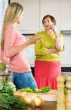 Ενήλικη πάλη κορών με την ώριμη μητέρα στοκ φωτογραφία με δικαίωμα ελεύθερης χρήσης