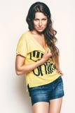 Ενήλικη προκλητική γυναίκα στην κίτρινη κορυφή Στοκ Εικόνα