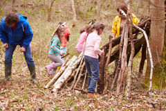 Ενήλικοι και παιδιά που χτίζουν το στρατόπεδο στο υπαίθριο κέντρο δραστηριότητας στοκ φωτογραφία με δικαίωμα ελεύθερης χρήσης