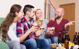 Ενήλικοι που πίνουν την μπύρα εσωτερική Στοκ Εικόνες