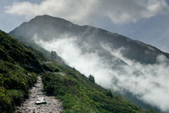 2 ενήλικοι που στα βουνά το misty πρωί Στοκ εικόνες με δικαίωμα ελεύθερης χρήσης