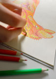 Ενήλικοι που χρωματίζουν το βιβλίο με την εκλεκτής ποιότητας συστροφή Στοκ Φωτογραφία