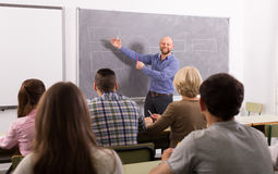 Ενήλικοι σπουδαστές με το δάσκαλο στην τάξη Στοκ φωτογραφία με δικαίωμα ελεύθερης χρήσης