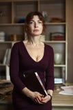 Ενήλικος θηλυκός σχεδιαστής μόδας που στέκεται σε ένα άνετο γραφείο λ Στοκ εικόνες με δικαίωμα ελεύθερης χρήσης