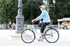 Ενήλικος με το ποδήλατο Στοκ εικόνα με δικαίωμα ελεύθερης χρήσης